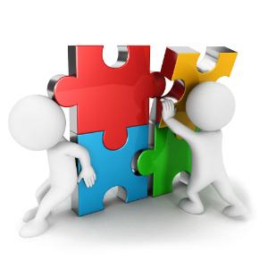 Fehér figurák hatalmas színes puzzle-t állítanak össze