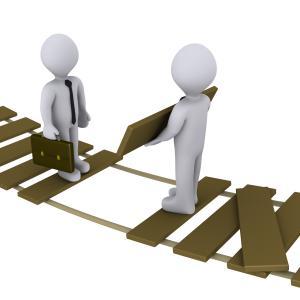 Fehér figura segít az üzletembernek átkelni a hídon